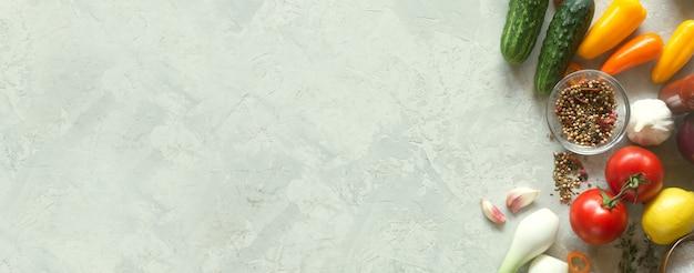 Frisches gemüse auf betonoberfläche
