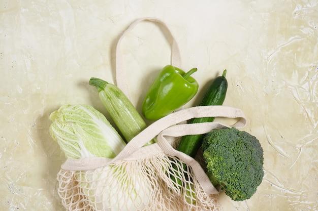 Frisches gemüse in umweltfreundlicher wiederverwendbarer einkaufstasche