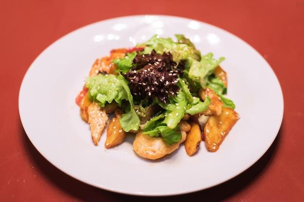 Frisches gemüse kartoffeln eier sesam salat blätter salat auf einem weißen teller