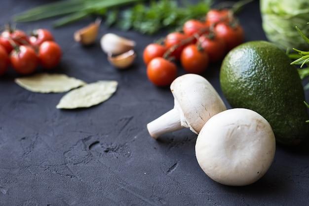 Frisches gemüse: kohl, avocado, tomate, rosmarin, knoblauch, pilze, lauch