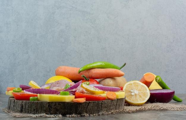 Frisches gemüse mit hühnerfleisch auf sackleinen. foto in hoher qualität