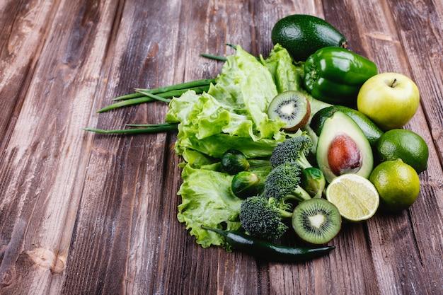 Frisches gemüse, obst und grün. gesundes leben und essen.