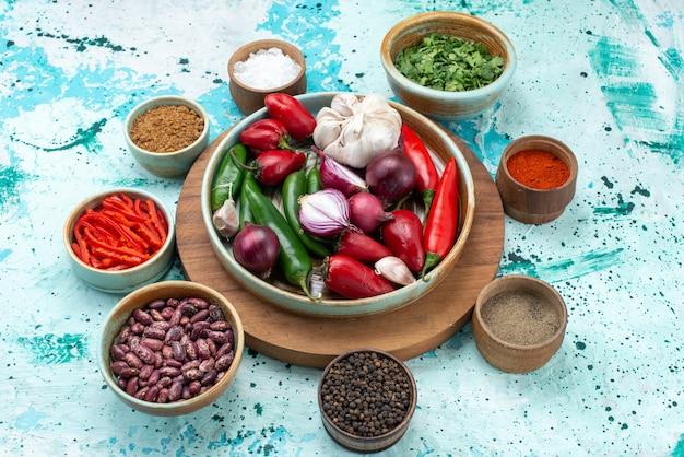 Frisches gemüse paprika zwiebeln knoblauch mit bohnengrün auf hellblau