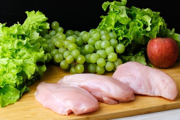 Frisches gemüse, pommes und hühnchen für salat. zutaten für caesar salat