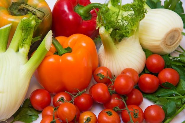 Frisches gemüse, rote und gelbe paprika, fenchel und kleine tomaten