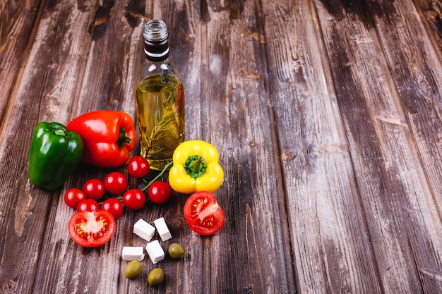 Frisches gemüse und andere lebensmittel. vorbereitungen für das italienische abendessen.