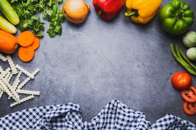 Frisches gemüse und draufsicht mischen natürliche ernährung auf dunklem zementbodenhintergrund, sauberes esskonzept und gute gesunde mahlzeit für menü