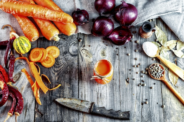 Frisches gemüse und ein glas karottensaft