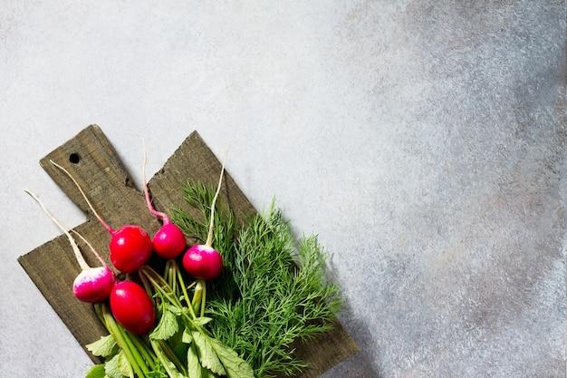 Frisches gemüse und frisches grün auf einem stein oder schiefer