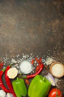 Frisches gemüse und gesunde kochzutaten. diät oder vegetarisches essen. essen tisch. speicherplatz kopieren. tabelle tabelle menü. platz für text.
