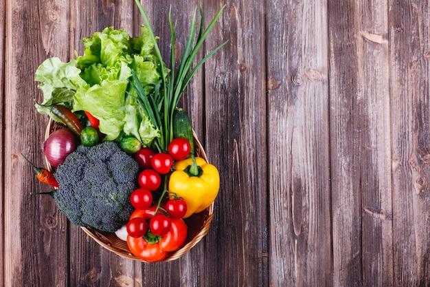 Frisches gemüse und grün, gesundes leben und essen. brokkoli, pfeffer, kirschtomaten, chili