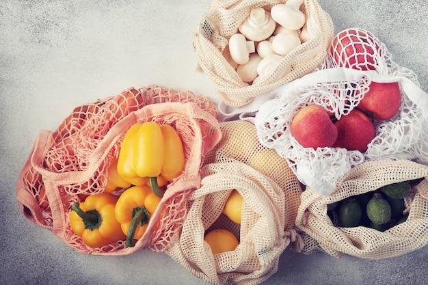 Frisches gemüse und obst in öko-beuteln. null abfall einkaufen