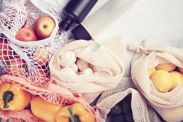 Frisches gemüse und obst in öko-beuteln