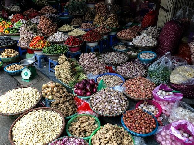 Frisches gemüse zum verkauf auf dem streetfood-markt in der altstadt von hanoi, vietnam