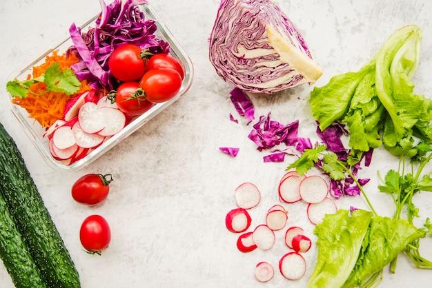 Frisches gemüse zum zubereiten von salat