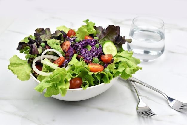 Frisches gemüsesalat gesund oder diätmenü