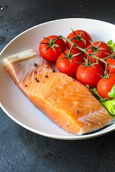 Frisches gericht mit rohem lachsfisch und meeresfrüchten