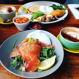 Frisches gesundes essen zum frühstück mit kaffee