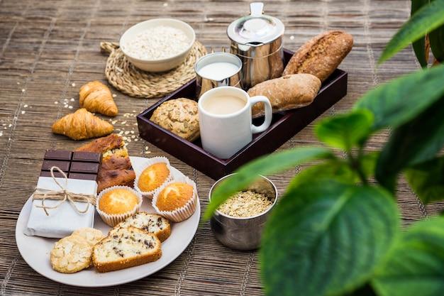 Frisches gesundes frühstück auf tischset