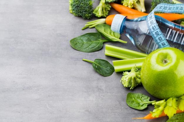 Frisches gesundes gemüse, wasser. gesundheits-, sport- und diätkonzept.