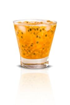 Frisches getränk aus passionsfrucht caipirinha
