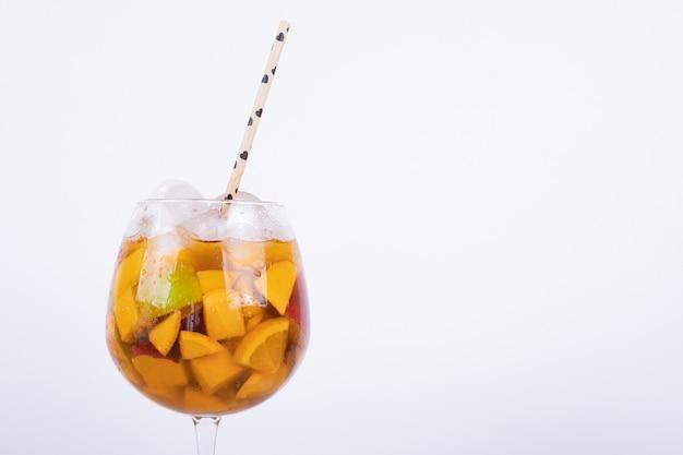 Frisches getränk mit früchten, eis und stroh.