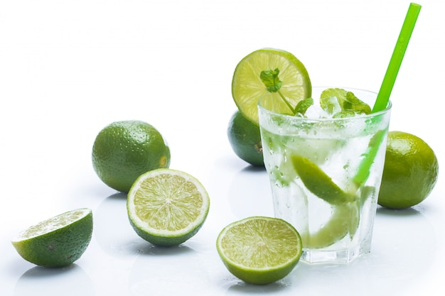 Frisches getränk mit limette und minze