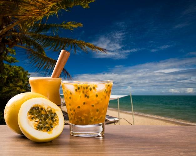Frisches getränk mit passionsfrucht caipirinha am strand