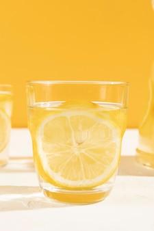Frisches glas der nahaufnahme limonade