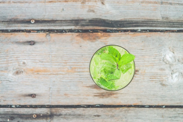Frisches glas spearmint cocktails trinken