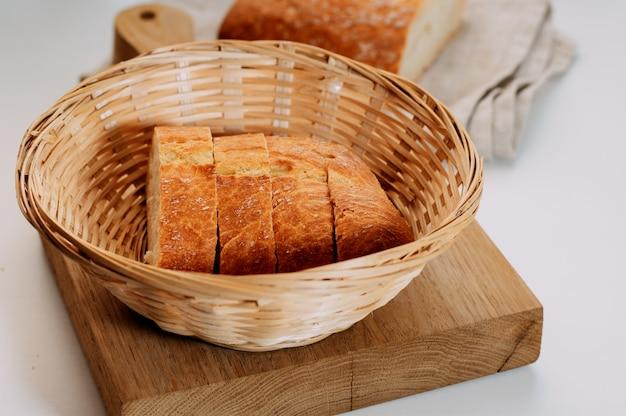 Frisches glutenfreies kornbrot mit samen