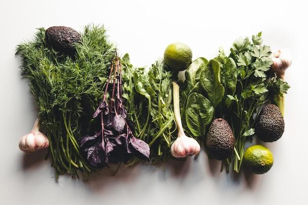 Frisches grün auf weißem hintergrund, gesundes essen für gesundheit und reinigung.