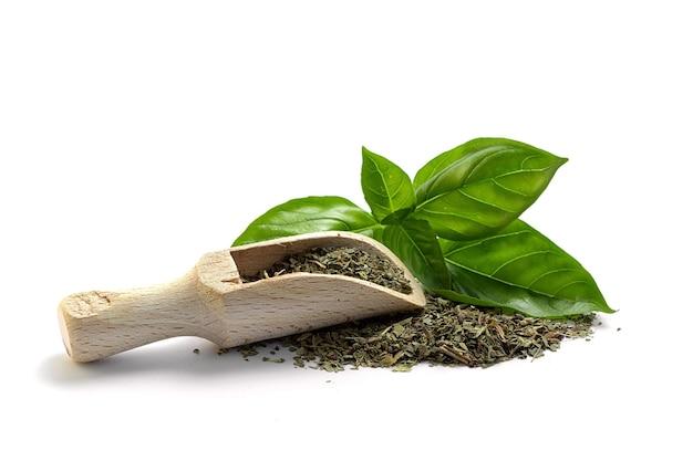 Frisches grünes basilikum und trockenes gewürz