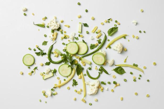 Frisches grünes bio-gemüse und obst auf weißer oberfläche