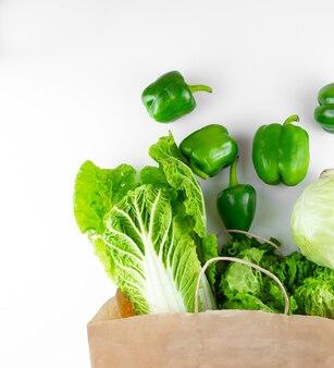 Frisches grünes gemüse aus einer papiertüte