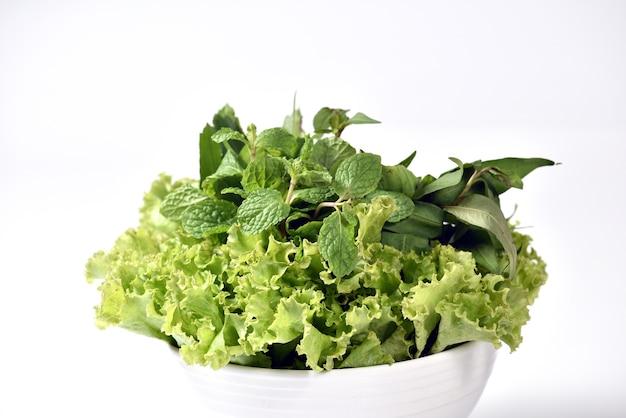 Frisches grünes gemüse isoliert auf weiss