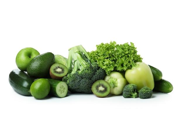 Frisches grünes gemüse lokalisiert auf weiß