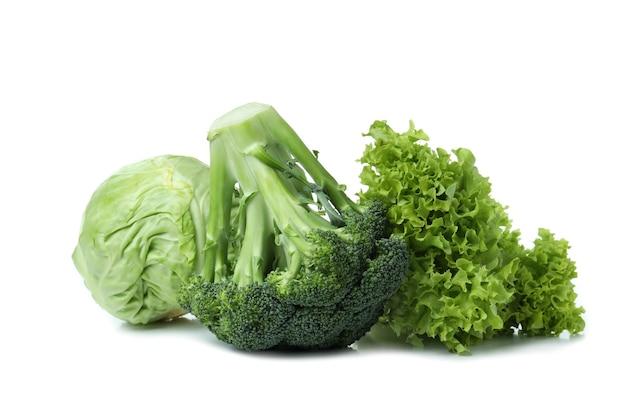 Frisches grünes gemüse lokalisiert auf weißem hintergrund