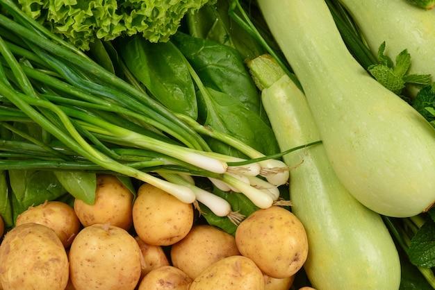Frisches grünes gemüse und kräuter als hintergrund