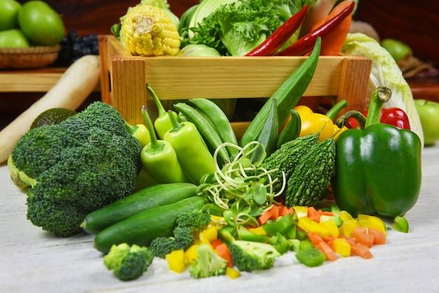 Frisches grünes obst und grünes gemüse mischte in der holzkiste für verkauf am markt, die draufsicht, die für gesunden lebensmittelvegankoch / gesunde lebensmittelauswahl des erntegemüses verschieden ist, die gesundheit sauber isst
