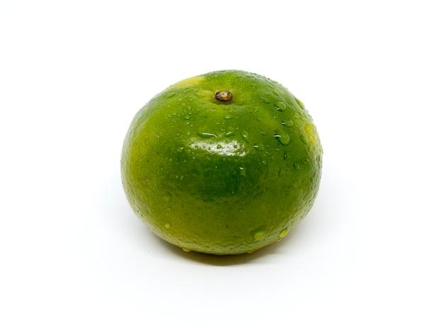 Frisches grünes orange lokalisiert auf weißem hintergrund