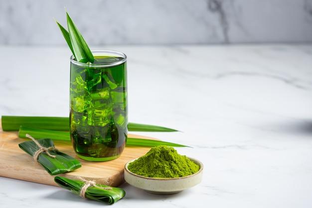 Frisches grünes pandanblatt auf tisch