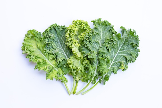 Frisches grünkohlblatt-salatgemüse auf weiß