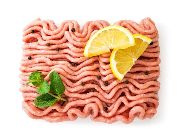 Frisches hackfleisch verziert mit zitrone und minze auf einer weißen hintergrundoberansicht. isoliert