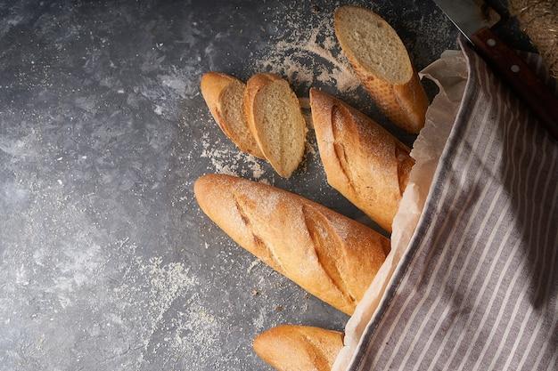 Frisches hausgemachtes brot, französisches baguette, glutenfreies graubrot