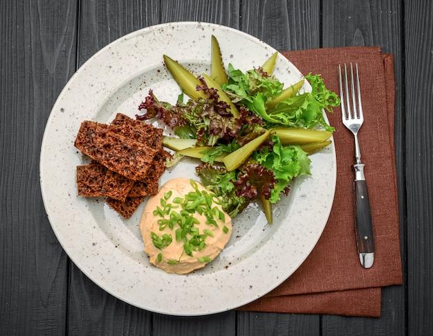 Frisches hausgemachtes focaccia-brot mit peperoni, käse und knoblauch