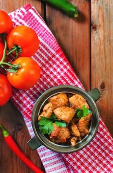 Frisches hausgemachtes hühnercurry mit kaltem