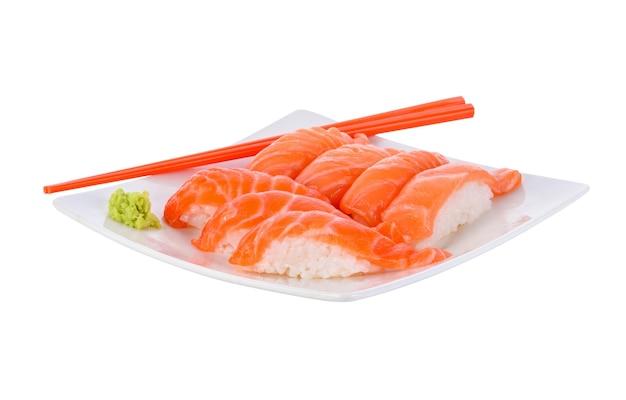 Frisches japanisches lachssushi auf weiß.