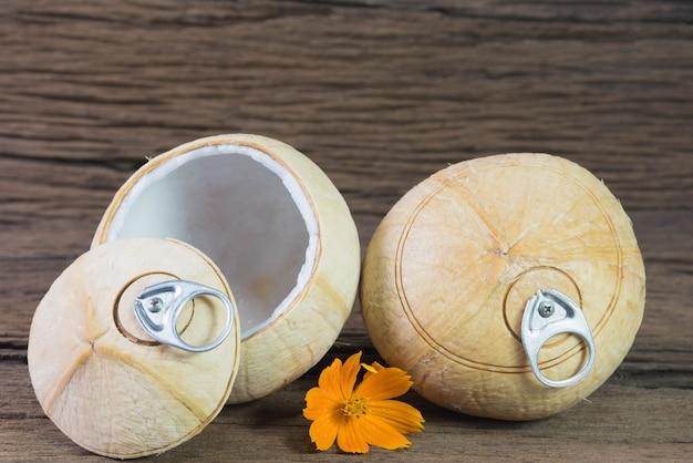 Frisches kokosnussgetränk, kokosnuss mit ziehring