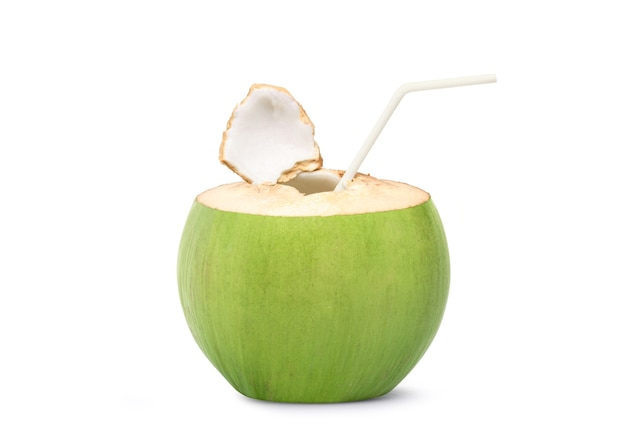Frisches kokosnusssafttrinken lokalisiert auf weiß
